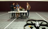 นักศึกษากำลังทดลองควบคุมคอปเตอร์ 4 ใบพัด หรือควอดคอปเตอร์ ภาพจาก: University of Minnesota